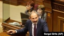 Оппозиционный депутат Никол Пашинян во время выступления в парламенте. Ереван, 1 мая 2018 года.