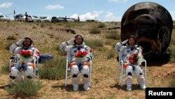 Astronauti Shenzhou-9 po povratku na zemlju, 29. juni 2012.