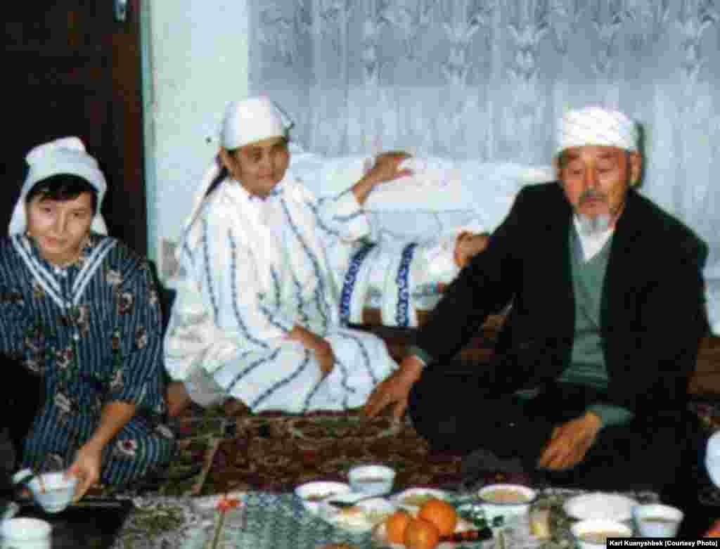 Келіні ата-енесіне сәресі кезінде шәй құйып отыр. Иран, Бәндар Түркімен қаласы. 1998.