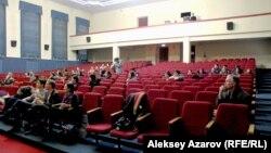 Просмотр фильма и его обсуждение проходило в здании бывшей партийной школы, которое сейчас занимает КИМЭП. Алматы, 27 февраля 2014 года.