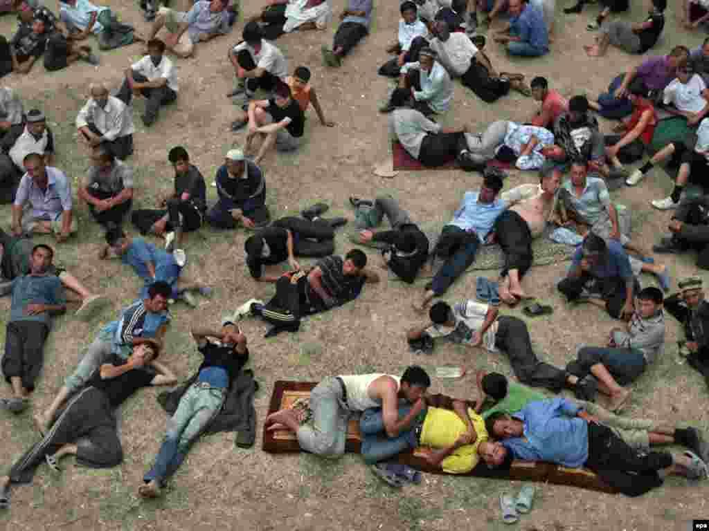 Шекараның қырғыз жағындағы босқындар лагерінде тынығып жатқан өзбек ер-азаматтары. 20 маусым 2010 жыл.