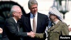 Солдан оңға қарай: Израиль премьері Ицхак Рабин, АҚШ президенті Билл Клинтон, Палестина жетекшісі Ясир Арафат. АҚШ, 13 қыркүйек 1993 жыл.