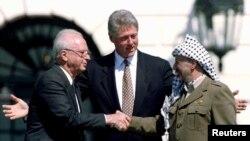 یاسر عرفات، بیل کلینتون و اسحاق رابین در سال ۱۹۹۳.