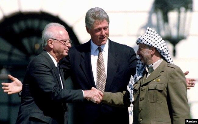 Прэм'ер-міністар Ізраілю Іцхак Рабін, прэзыдэнт ЗША Біл Клінтан і палестынскі лідэр Ясір Арафат. Вашынгтон, 1993 год