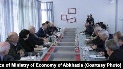 Представители Общественной палаты Абхазии на встрече с главой Минэкономики сделали главный акцент на государственной поддержке малого и среднего бизнеса