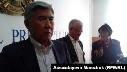Жармахан Туякбай (слева), один из членов инициативной группы по созыву курултая.