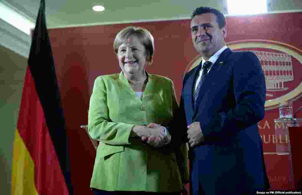 СЕВЕРНА МАКЕДОНИЈА - Премиерот Зоран Заев телефонски разговараше со германската канцеларка Ангела Меркел, соопштија од Владата. Во телефонскиот разговор меѓу канцеларката Меркел и премиерот Заев беше споделен заедничкиот интерес и истата цел на двете земји за време на германското претседателство со ЕУ, да се одржи првата меѓувладина конференција во декември како почеток на преговорите на Северна Македонија за членство во ЕУ, стои во соопштението.