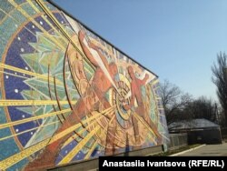 Мозаїка на фасаді Інституту ядерних досліджень НАН України у Києві
