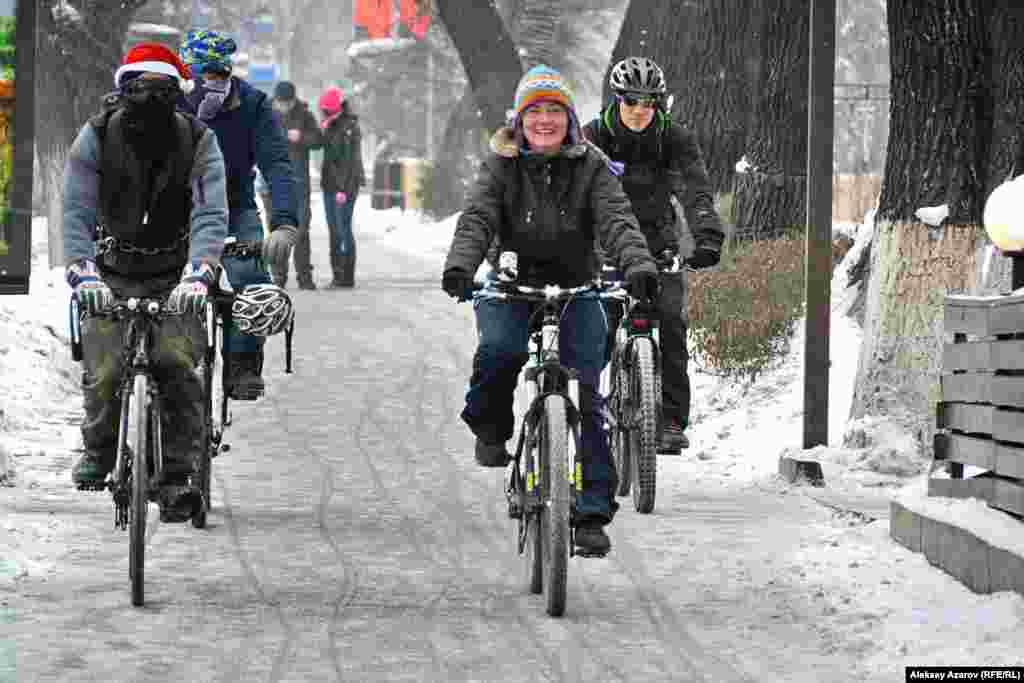 День международной акции «Зимой на работу на велосипеде» поддерживают некоторые кафе, бары, предлагая велосипедистам погреться. Тем, кто приезжает на велосипеде, – бесплатная чашка кофе или чая. Участники акции подъезжают к одной из таких точек обогрева.