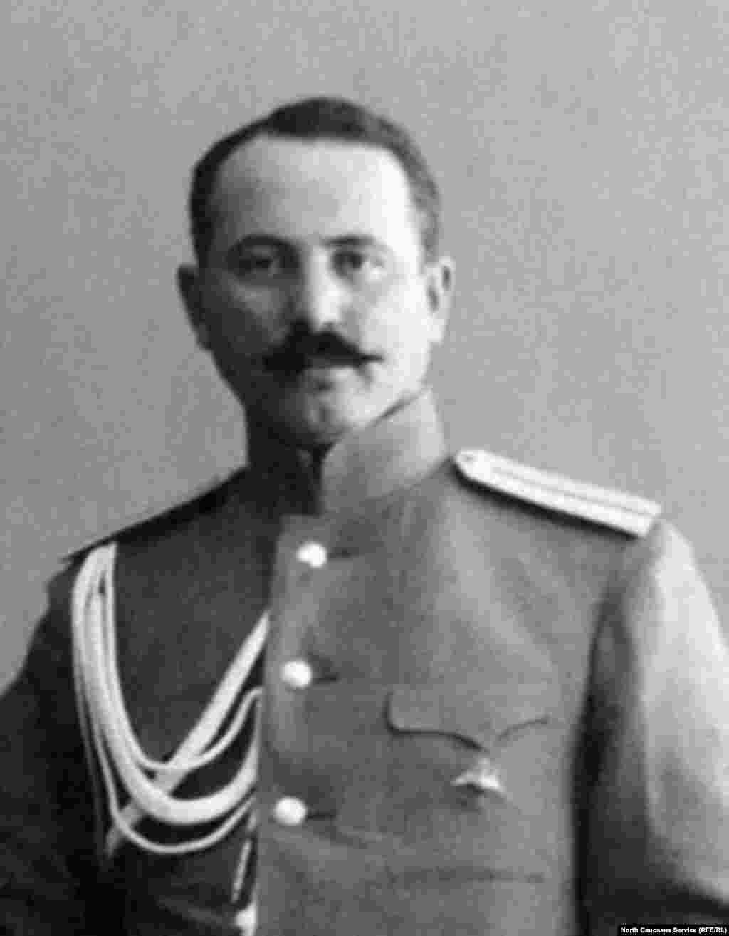 Князь Нух-бек Тарковский, военный и политический деятель Дагестана,командир I-го Дагестанского полка. Военный диктатор Дагестана (сентябрь-октябрь1918года). Служил в Добровольческом корпусе генерала Антона Деникина. С1920годажил в эмиграции, умер вШвейцарии.