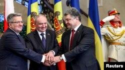 O strângere de mâini între liderii unor ţări prietene. Preşedintele Nicolae Timofti între preşedinţii Bronislaw Komorowski (stânga) şi Petro Poroşenko, Chişinău, 20 noiembrie 2014