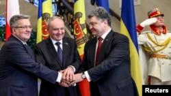 Preşedinţii Bronislaw Komorowski, Nicolae Timofti şi Petro Poroşenko