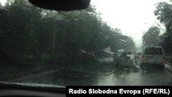 Невреме го погоди Скопје. Паднато дрво на булеварот Илинденска.