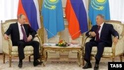 Президент Казахстана Нурсултан Назарбаев и президент России Владимир Путин (слева) в Астане. 15 октября 2015 года.