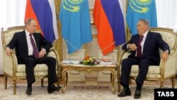 Президент России Владимир Путин и президент Казахстана Нурсултан Назарбаев (справа). Астана, 15 октября 2015 года.