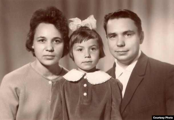 Пісьменьнік з жонкай Валянцінай і дачкой Ліліяй. 1970 г.