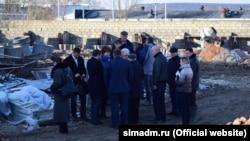 Російська влада Сімферополя на місці майбутнього притулку для тварин у Сімферополі, січень 2019 року