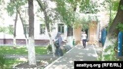 Абай атындағы ҚазҰПУ-дың №1 жатақханасы. Алматы, 1 шілде 2012 жыл.