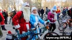 Деды Морозы на велосипедах прокатились по Симферополю
