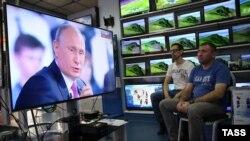 Сотрудники магазина электроники в Москве смотрят «Прямую линию» с Владимиром Путиным, 15 июня 2017 года