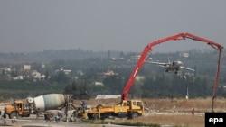 Российский Су-24 взлетает с военной базы в Латакии. 6 октября 2015 года.