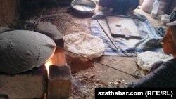 Siriýa türkmenleri çörek bişirýär.