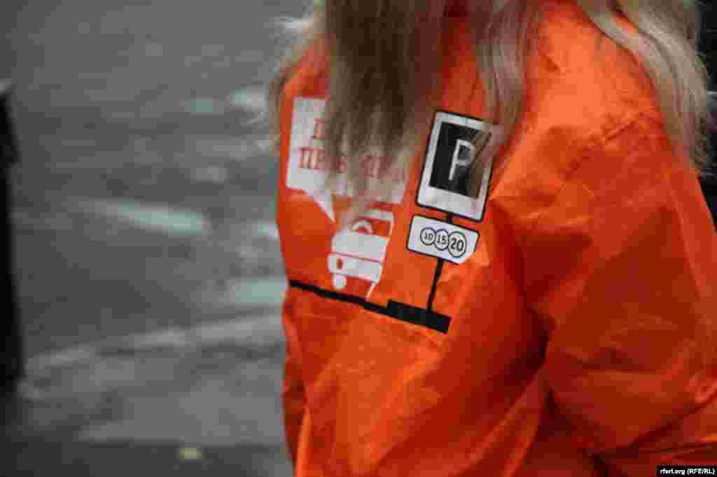 Первые несколько дней правила оплаты парковки будут объяснять водителям девушки в оранжевых куртках.