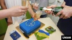 Украинците го прославуваат безвизното патување во ЕУ