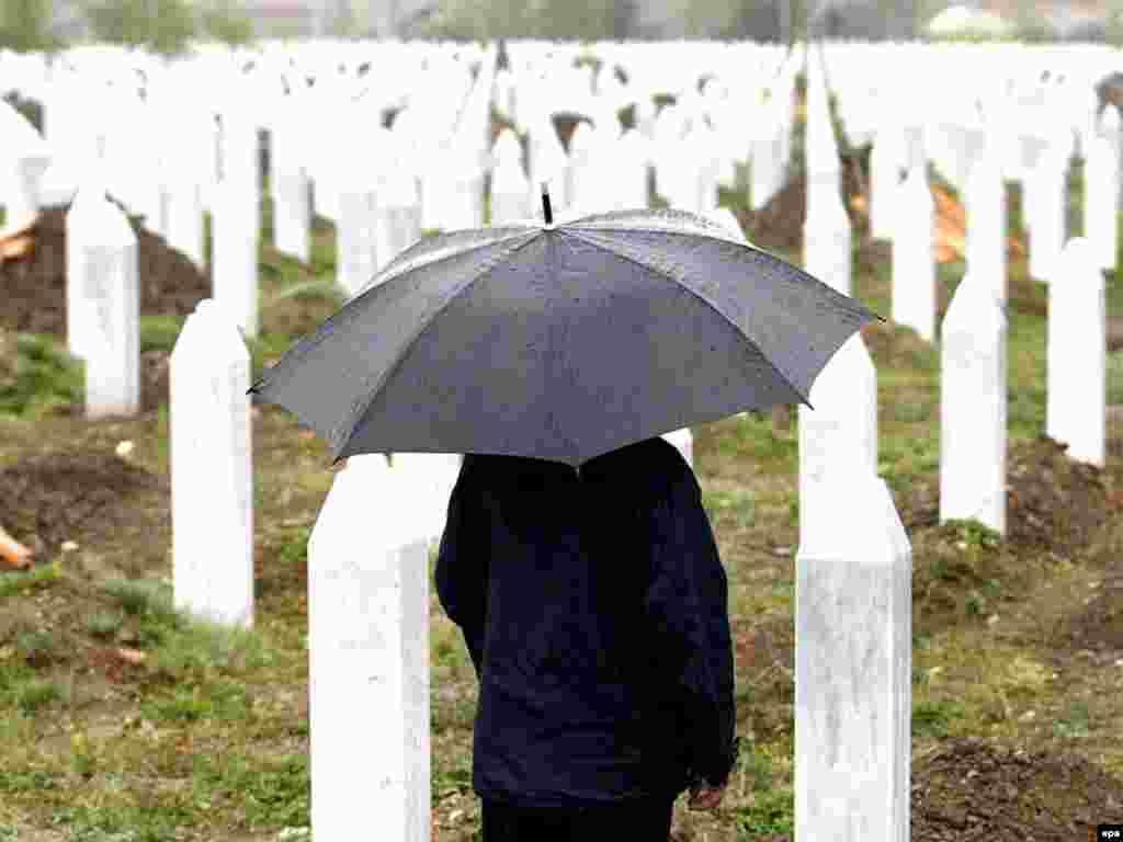 Bosnia-Herzegovina -- A Bosnian Muslim prays during the funeral of 465 Bosnian Muslims in the Potocari Memorial Center, 11Jul2007 - 11 липня 2007, Боснія Герцеґовина: перепоховання 465 боснійських мусульман, жертв масакри в місті Сребреніца. На цю пору майже 3 200 жертв ідентифіковано і поховано. 1995 року в Сребреніці боснійські сербські загони вбили до 8,000 чоловіків та юнаків.