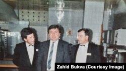 Од лево надесно: Хајрудин Ровчанин, Слободан Какуќа и Захид Буква, во Холидеј Ин за време на војната во Босна и Херцеговина