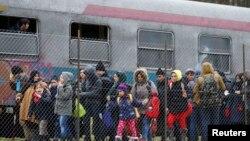 Словенияның Австриямен шекарасындағы теміржол станциясында тұрған мигранттар. Ақпан 2016 жыл.
