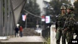 Pripadnici NATO na mostu koji deli Mitrovicu na južni i severni deo