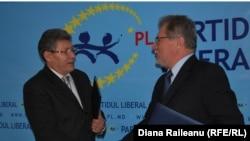 Mihai Ghimpu și Veaceslav Untilă după semnarea accordului