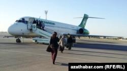 Самолет авиакомпании «Туркменистан» ожидает пассажиров.