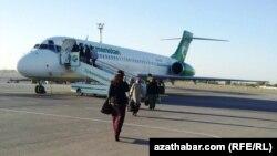 Aşgabadyň aeroportynda 20 ýolagçy Stambul uçaryna 'goýberilmedi'