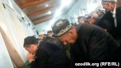 11 марта 2016 года главный имам мечети «Аммор ибн Ясир» в Андижанском районе пропустил пятничную проповедь из-за участия на собрании спецслужб. На фото: прихожане мечети в ожидании главного имама для совершения пятничной молитвы.