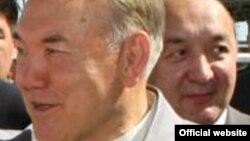 Қазақстан президенті Нұрсұлтан Назарбаевтың арт жағында тұрған адам - Серік Бүркітбаев. (Сурет Қазақстан президентінің ресми сайтынан алынған).