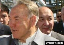 Президент Казахстана Нурсултан Назарбаев и за его спиной - топ-менеджер Серик Буркитбаев.