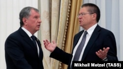 Rosneft CEO Igor Sechin (left) and former Russian Economy Minister Aleksei Ulyukayev (file photo)