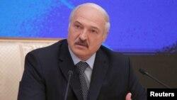 Александр Лукашенко баспасөз конференциясында отыр. Минск, 17 қараша 2016 жыл.