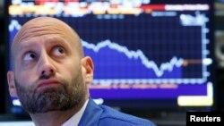 Трейдер на Нью-Йоркской фондовой бирже во время падения курса акций, вызванного политическими новостями из Вашингтона