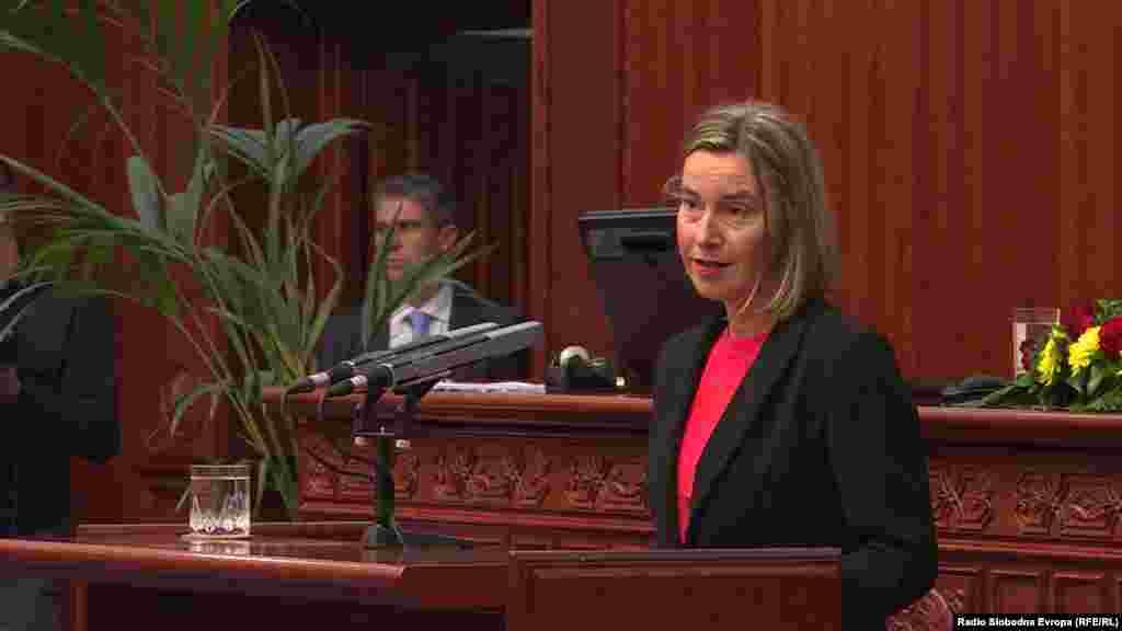 МАКЕДОНИЈА - Високата претставничка на ЕУ, Федерика Могерини, во македонското Собрание порача дека е време да се трча заедно, да се трча и со соседи и оти верува дека така ќе се стигне многу далеку. Таа го поздрави единството меѓу политичките чинители и побара тоа да продолжи.