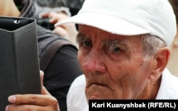 "Пенсионер на митинге ""Несогласных"". Алматы, 2 июня 2012 года."