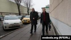 Аляксандар Мілінкевіч і Віталь Рымашэўскі ідуць на сустрэчу з пасолом Ізраіля Іосіфам Шагалам.