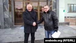 Мікалай Статкевіч (зьлева) і Анатоль Шумчанка ля гарвыканкаму. Менск, 23 лютага 2016 году