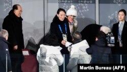 Түштүк Кореянын президенти Мун Чжэ Ин менен Түндүк Кореянын лидери Ким Чен Ындын карындашы Ким ЁЧжон кол алышууда. 9-февраль