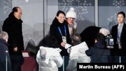 Түндүк Кореянын лидери Ким Чен Ындын карындашы Ким Ё Чжон Түштүк Кореянын президенти Мун Чже Ин менен учурашып жатат. Пхёнчхаң, 9-февраль, 2018-жыл.