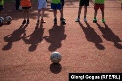 Футбол ойнауға жиылған балалар. (Көрнекі сурет)