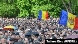 Десятки тысяч людей собрались в воскресенье в центре молдавской столицы