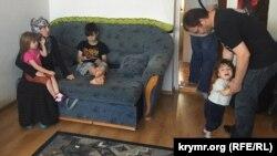 Рустем Якубов у себе вдома в Дрогобичі з дітьми і дружиною Ельзарою